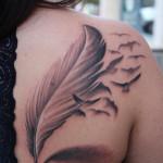Tatuaje pluma espalda