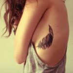 costado Tatuaje pluma