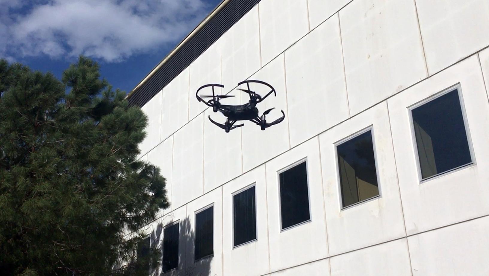 Drone tello volando exterior